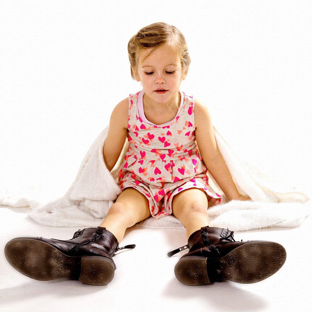 Mädchen mit großen Schuhen