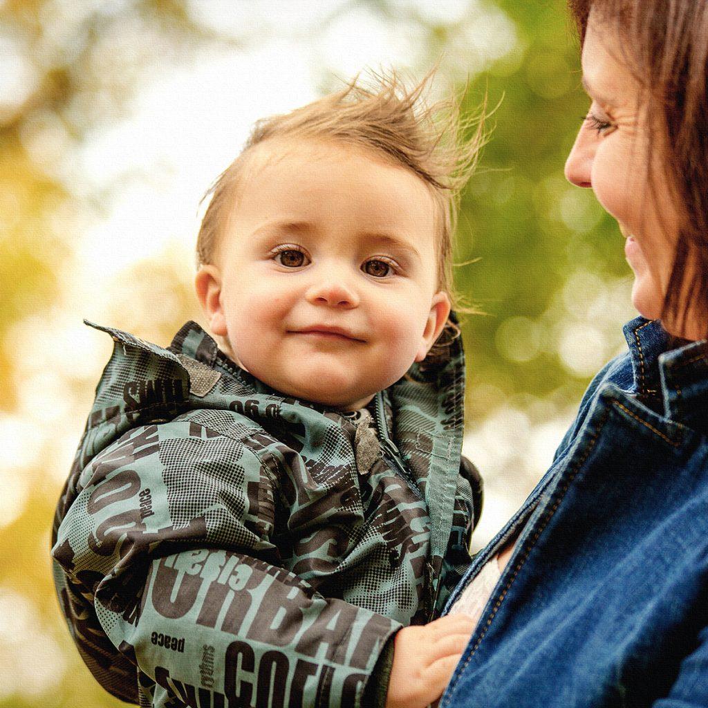 kleiner Junge mit Mami