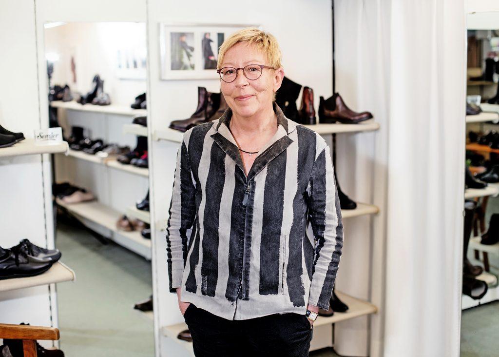 Frau in Schuhladen