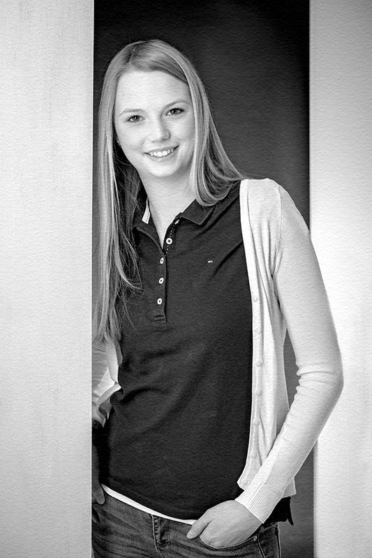 Bewerbungsbild junge Frau leger in schwarz weiss für Erzieherin
