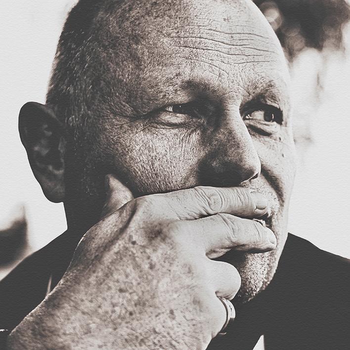 Männerportrait mit Hand vor dem Mund sehr nachdenklich