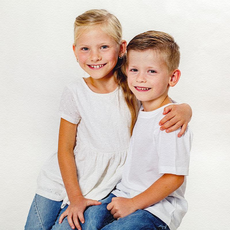 Geschwister Arm in Arm