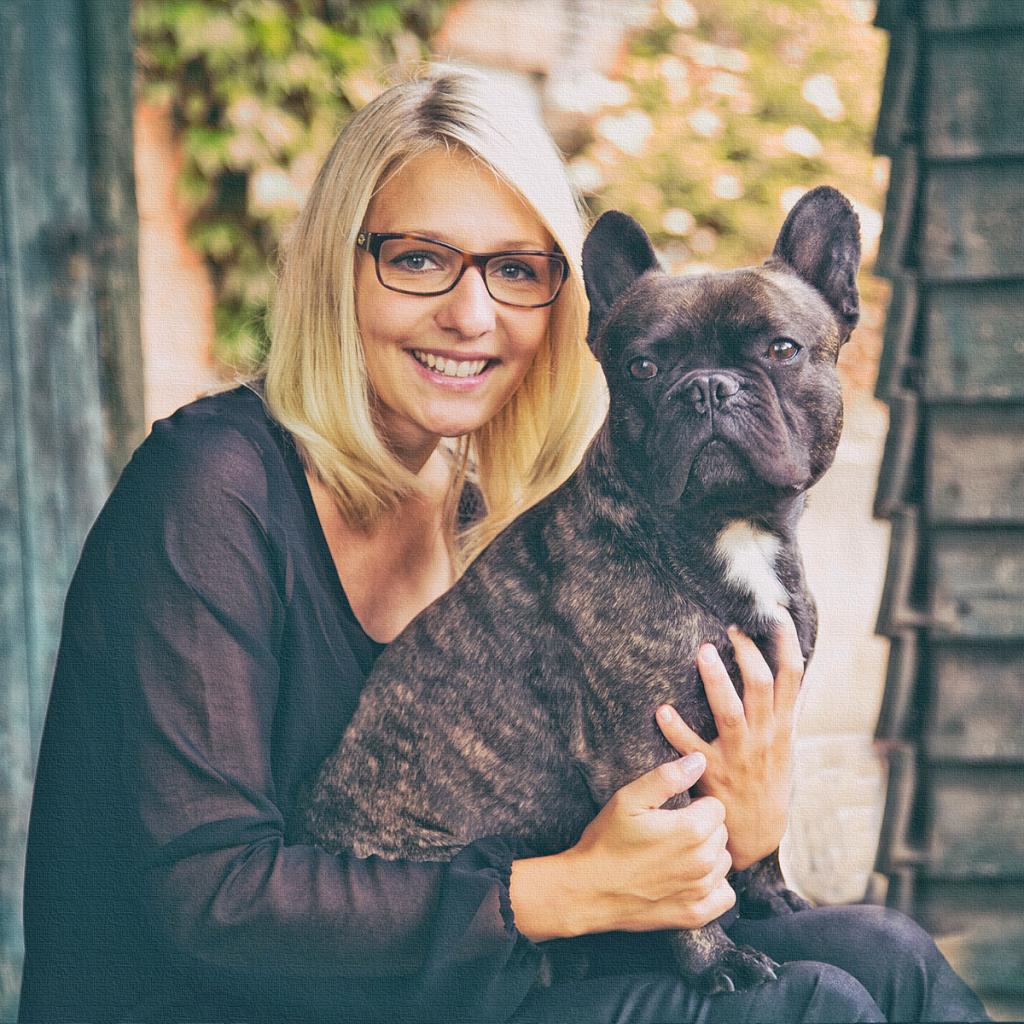 Portrait einer jungen blonden Frau mit Hund
