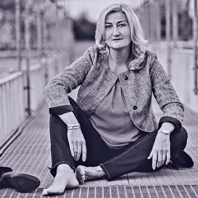 Portrait einer Frau sitzend auf einem Parkdeck