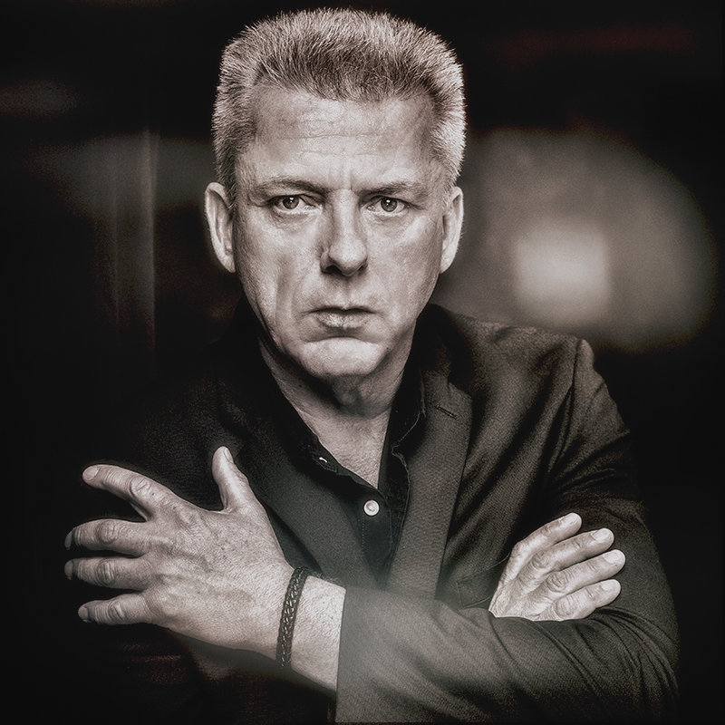 Personality Portrait eines Mannes in monochrom mit verschränkten Armen
