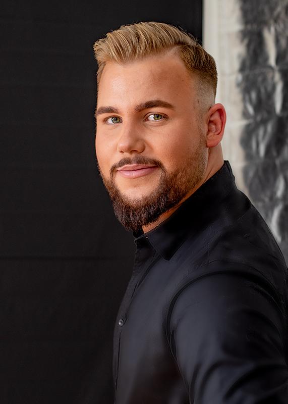 Bewerbungsfoto eines jungen Mannes als Friseur