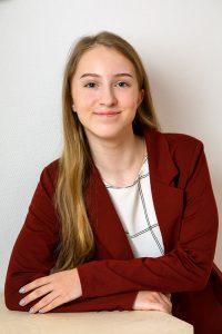 Bewerbungsfoto einer jungen Frau für eine Ausbildungsstelle als Bankkauffrau